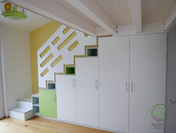 Stufenschrank auf Maß zur Schlafempore, Kleiderschrank als Treppe zum Hochbett, Kleiderschrank bildet gleichzeitig die Treppe zum Hochbett, Treppengeländer aus Multiplex weiß mit Ausfräsungen, farblich abgesetzte Fronten für Kinderzimmerschrank