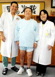 人工膝の手術を執刀した浦崎整形外科部長、200例目の患者となった砂川さん、依光院長(左から)=19日午後、八重山病院