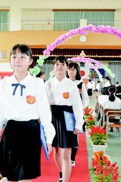 平真小学校の卒業式が行われた=23日午前、同校体育館