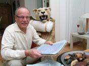 Walter Rövekamp beim Lesen des Original-Tagebuchs seines Großvaters