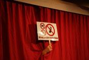 Theateralltag - Besonders störend während einer Vorstellung: klingelnde Handys, rauchende Zuschauer, kläffende Hunde