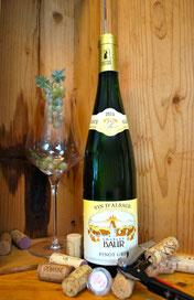 Een fles Elzas Pinot Gris Elzas wijn in een kist met glas