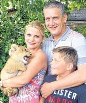"""Peggy, Ulf und Amon Steinforth tauften ihr Löwen- Kind Sajani – indisch für """"die Geliebte""""."""