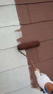 軽量スレートの塗り替え中。中塗りをローラーにて塗装中。高耐久シリコンのブラウンにて塗り替え中です!