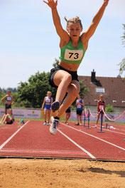 Eine von vier PBL des Tages: Sophia springt 4,17m