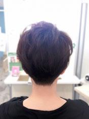 ロングヘアーから短髪にばっさりカットした女性