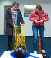 Erst die Arbeit, dann das Vergnügen. Die JPRS-Schulleiterin Jutta Tschakert packt kräftig mit an und hilft beim Aufpumpen der Bälle.