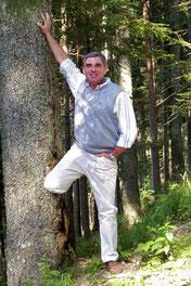 Franchise Bild zeigt Volker Müden am Baum
