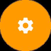 Icono de engranaje blanco sobre circulo naranja