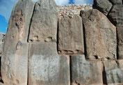 Riesige Steinblöcke, bis zu 300 Tonnen schwer, ineinandergestapelt