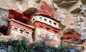 Sarkophage bei Crupata - In 300 m Höhe in die Felsklippen gesetzt