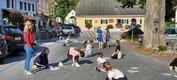 In Semriach malt die 4b der VS Semriach die Zukunft auf die Straßen macht auf die Verkehrssicherheit aufmerksam