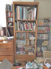 横倒しの本・床にモノが散乱
