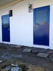 裏口の扉をブルーに、壁も奇麗に塗ってもらいました