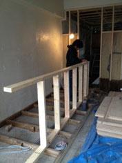 壁の奥はキッチンになります。手前のはしごの様なものはカウンターの土台です。