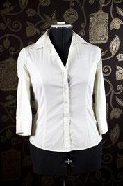 """Basic-Bluse, weiss mit Elasthananteil. Das letzte Mal vor etwa 8 Jahren getragen. Schlicht und tailliert. Ein typisches """"vielleicht passe ich da mal wieder rein""""-Teil."""