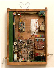 Herzschrittmacher, 2007, bewegliches, beleuchtetes Objekt, Innenleben eines Radios, Schublade, weitere Fundstücke