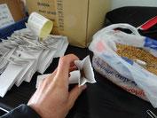 Ensacher les semences, un geste incontournable ici, il y a plus de 100 demandes par jours