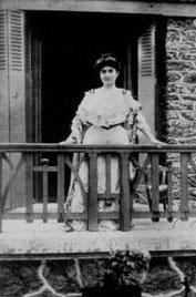Zennour au balcon de sa demeure de Fontainbebleau après son évasion, en 1901.