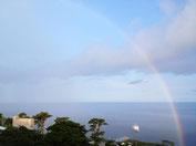 御蔵島の港と虹