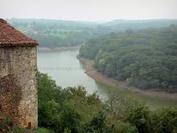 au confluent de la Mère et de la Vendée, les villages de Mervent et Vouvant nous offre leur forêt verdoyante