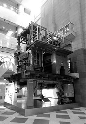 日本新聞博物館に展示される 大型の輪転機