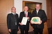 Die Preisverleihung mit Urkunde und Holz-Puzzle. Von links: Dr. Wolfgang Kornder, OB Dr. Thomas Jung und Stadtförster Martin Straußberger