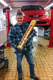 Peter Iselin mit einer gigantischen Toblerone vor einem Aygo