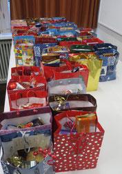 Die Weihnachtstüten warten auf ihre Verteilung... (Foto: I. Schmitz)