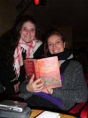 Pyari e a filha Adhara com um dos livros em alemão