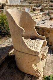 Ci dessus le trône où venait s'asseoir le dieu quand il descendait en ville ou, plus souvent son prêtre.