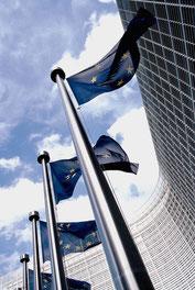 Europaflaggen vor dem Sitz der Europäischen Kommission: Foto: Häpe