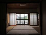 直島本村ギャラリー2階中展示室(6畳) 瀬戸内海が臨める広縁の奥は、趣のある二つ目の展示空間です。大展示室と小展示室との間を仕切る襖(ふすま)を壁として活用すれば、大きな絵画なども展示が可能です。
