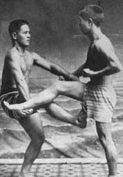 Miyagi Chojun und Kiyohda Juhatsu mit einer Sequenz aus der Saifa