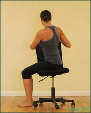 椅子に座り脊柱をねじるストレッチ方法