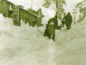 記録的な豪雪に見舞われる昭和38年、この時富山市餅業組合が除雪応援の自衛隊隊員の宿舎へのし餅50枚を贈る