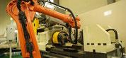 Roboter-Be- und Entladung einer U-Jin 100SF Einspindel-Maschine mit 100 t Kraft