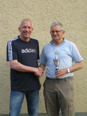 v.l.: Der Vorsitzende Martin Stiens gratuliert Hubert Peitz zum 1.Konkurs