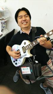 補助人工心臓を装着ながら痛ギターを弾く