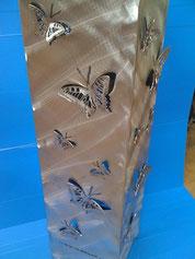 Feuersäule mit Schmetterlingmotiv