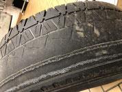 Bis auf die Karkasse abgefahrener Reifen