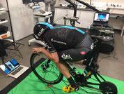 Conseguir una posición aerodinámica óptima no sirve de nada si ésta no se puede reproducir en competición. Gracias a entrenar la posición podrás mantener dicha posición óptima más tiempo.