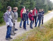 Marc Förschler erklärt den Teilnehmern die Besonderheiten der Grinden
