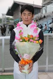 ファンの方からの花束と湯前騎手