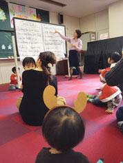 大分市大在・下郡・コンパルホールにある英語教室・英会話スクール いもと英会話スクールにてクリスマスパーティーを実施。みんなで歌を歌う様子