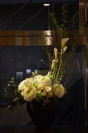 生け込み:白とグリーンの花を集めてモダンに。