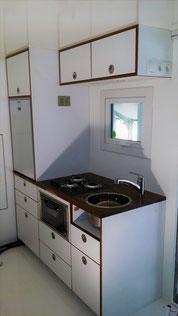 Küchenzeile noch ohne Gashahnabdeckung vor der Spüle