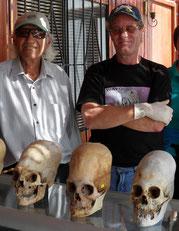 """Museo Historico Paracas - Senor Juan Navarro und Brien Foerster erklären die """"außerirdischen"""" Langschädel, Paititi Tours, H. Petrul"""