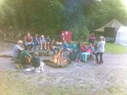 Kinder der Reisegruppe Ananas, im Zeltlager Adlerhorst, in der Freilichtbühne, am Lagerfeuer