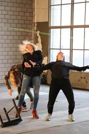 """Julia Medugno, Choreografin (ZH) / Kjersti Sandstö, Choreografin (SG) / Verena Weiss, Choreografin (ZH), Performance """"BeWEGte Gespräche"""""""